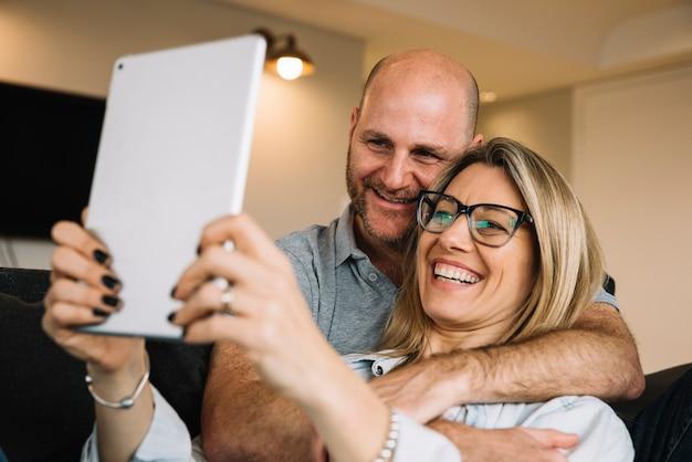 Paar in de liefde met behulp van tablet pc