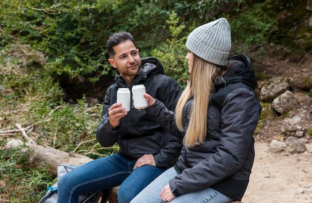 Paar in de natuur drinken van drank