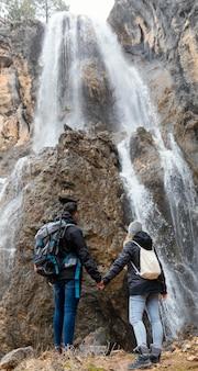 Paar in de natuur hand in hand