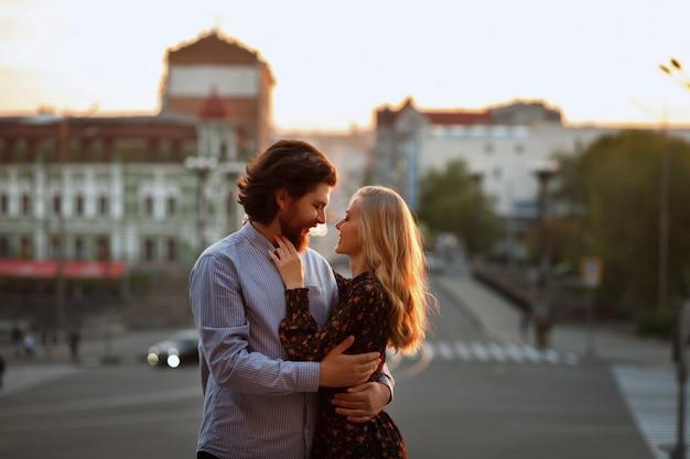 Paar in de stad in de zomer bij zonsondergang. liefde. onscherpe achtergrond, concept. portret
