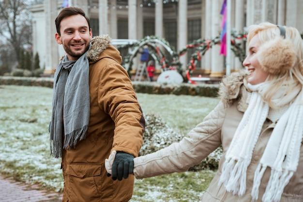 Paar in de winter hand in hand buitenshuis