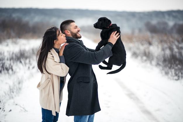 Paar in de winter in de straat met hond