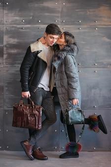 Paar in de winterdoeken in studio