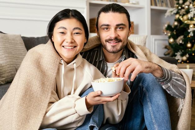 Paar in deken kijken naar een film