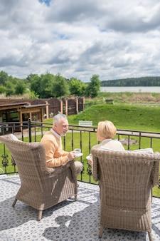 Paar in gesprek tijdens de koffiepauze