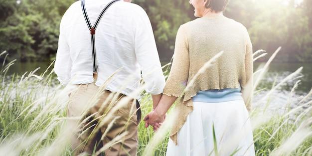 Paar in het bos genieten van samen tijd doorbrengen