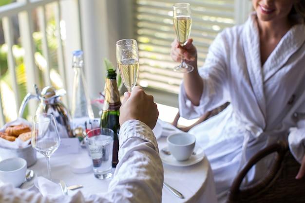 Paar in het hotel champagne drinken.