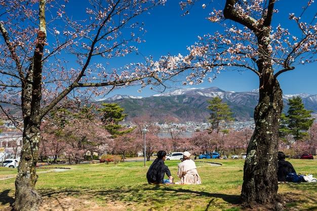 Paar in joyama-park met sakura bij de lente
