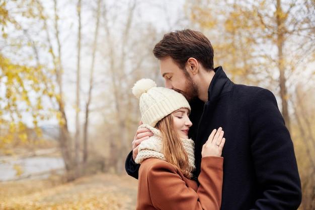 Paar in liefde die in het park, valentijnskaartendag lopen