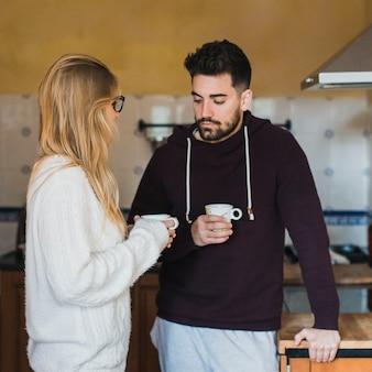 Paar in liefde houden cups in handen