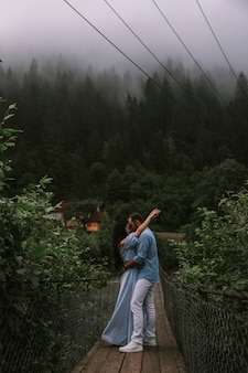 Paar in mistige bergen