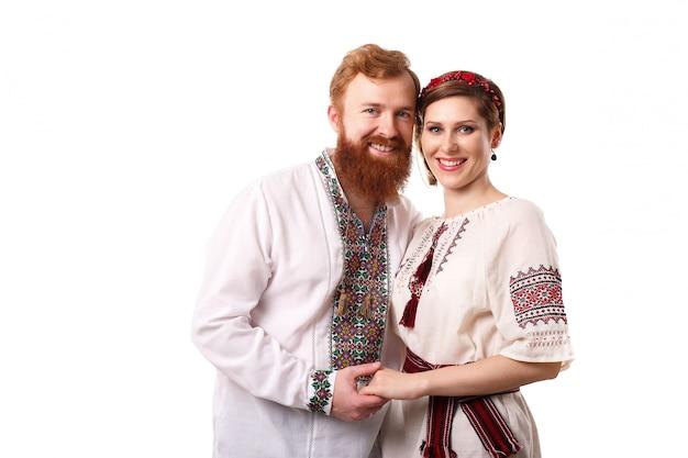 Paar in oekraïense kostuums