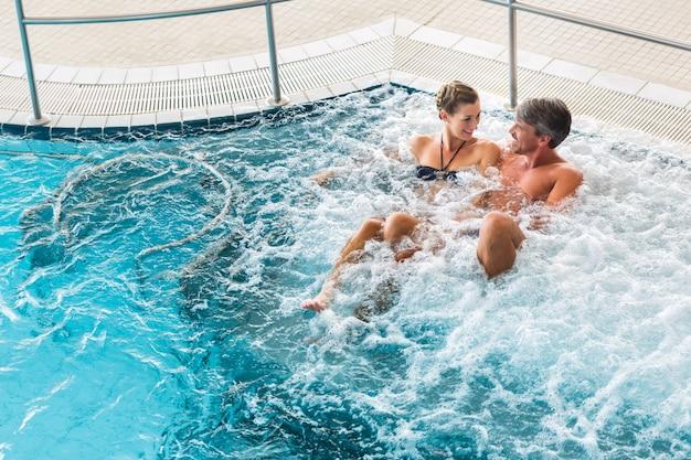Paar in thermale wellness spa op watermassage