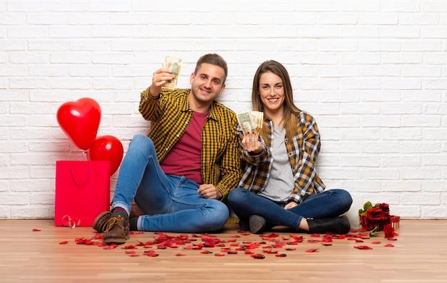 Paar in valentijnskaartdag bij binnen het nemen van heel wat geld