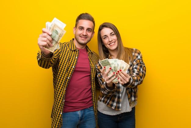 Paar in valentijnskaartdag die heel wat geld neemt