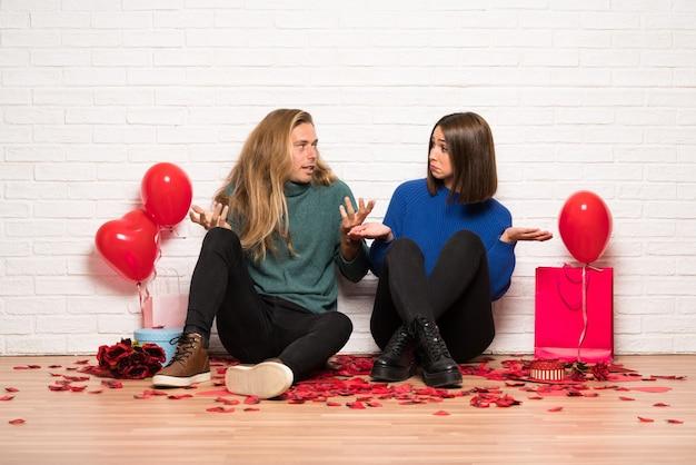 Paar in valentijnskaartdag die twijfels hebben