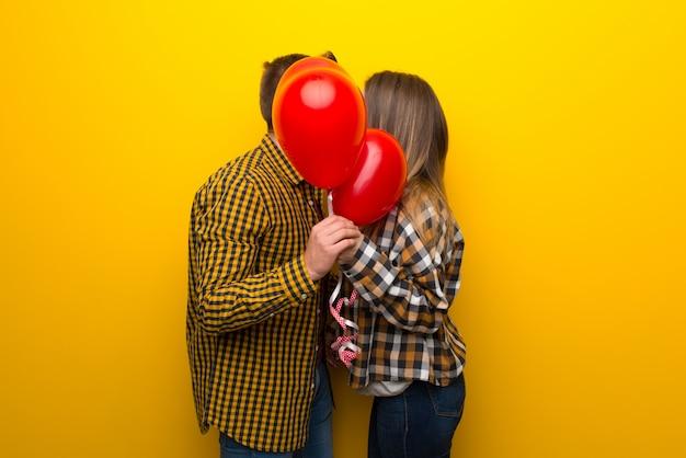 Paar in valentijnskaartdag met ballons met hartvorm