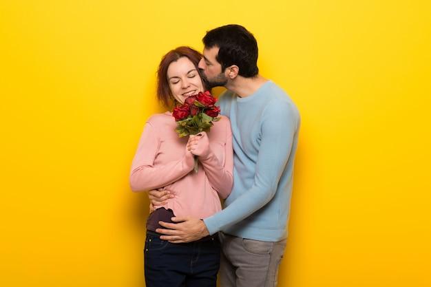 Paar in valentijnskaartdag met bloemen