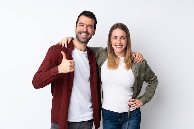 Paar in valentine day over het geïsoleerde muur geven duimen op gebaar