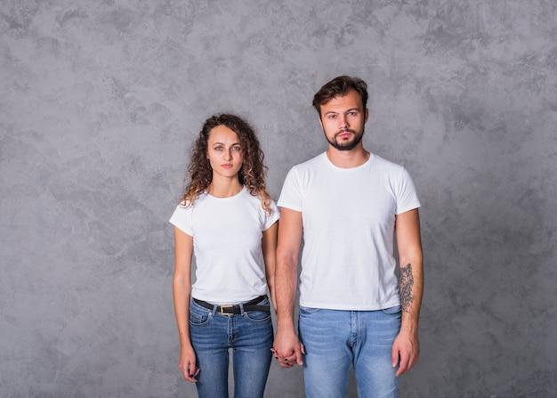 Paar in witte holdingshanden