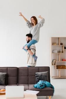 Paar in woonkamer gek rond