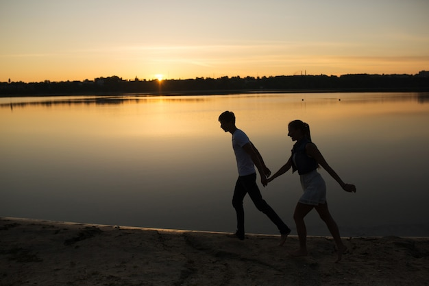 Paar in zonsopgang op het strand