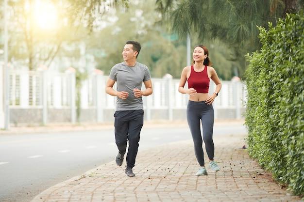 Paar joggen in de straat