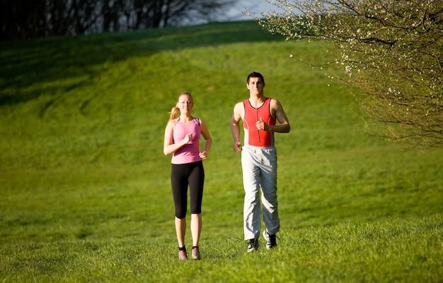 Paar joggen voor sport buitenshuis