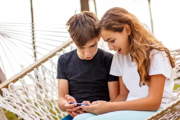 Paar jonge gelukkige tieners.