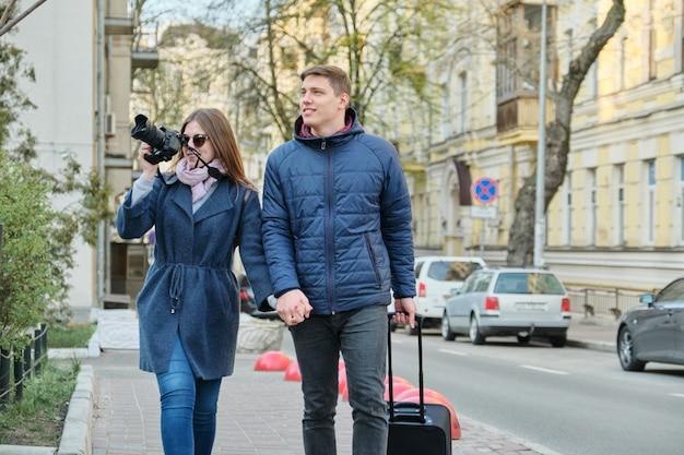 Paar jonge mannen en vrouwen blogger in stad met camera