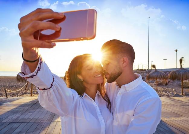 Paar jonge selfie foto in strandvakantie