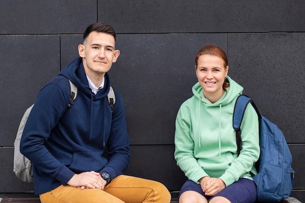 Paar jonge universitaire studenten met rugzakken