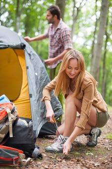 Paar kamperen in het bos