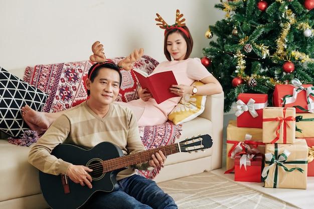 Paar kerst thuis doorbrengen