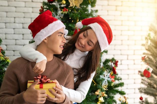 Paar kerstviering omarmen