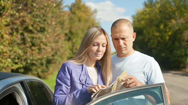 Paar kijken naar de kaart op de weg