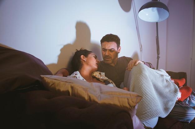 Paar kijken naar een film en kijken naar elkaar
