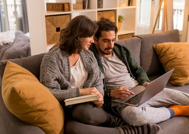 Paar kijken naar een tv-show in de woonkamer