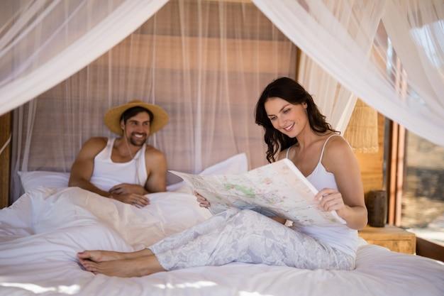 Paar kijken naar kaart in cottage