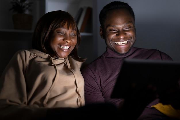 Paar kijken naar netflix samen thuis