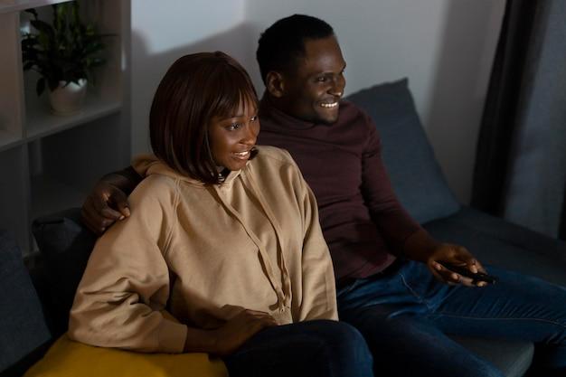 Paar kijken naar netflix thuis binnenshuis