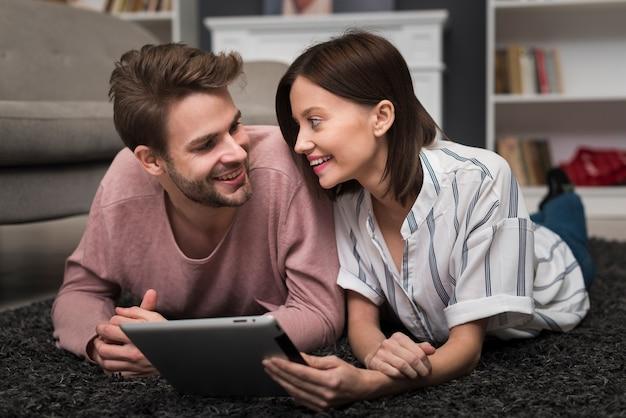Paar kijken naar tablet