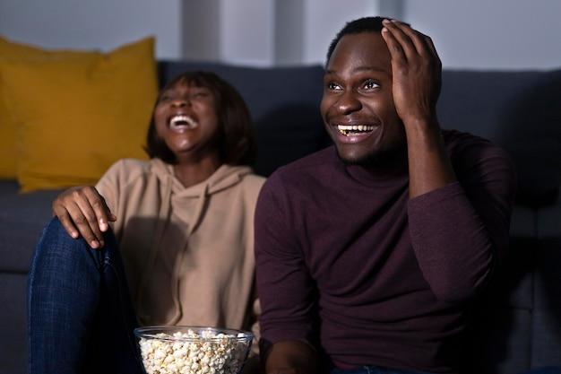 Paar kijken netflix samen thuis binnenshuis