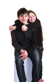 Paar kinderen die elkaar knuffelen