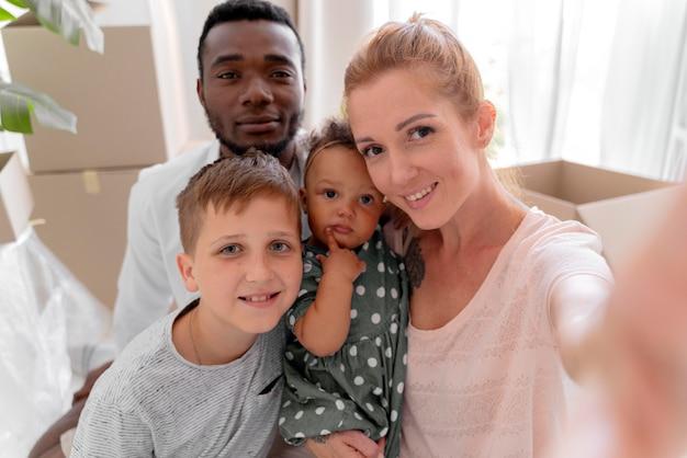 Paar klaar om te verhuizen met hun kinderen