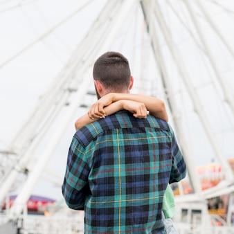 Paar knuffelen buitenshuis
