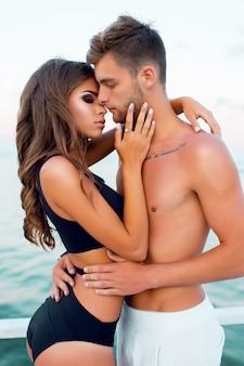 Paar knuffelen door de zee