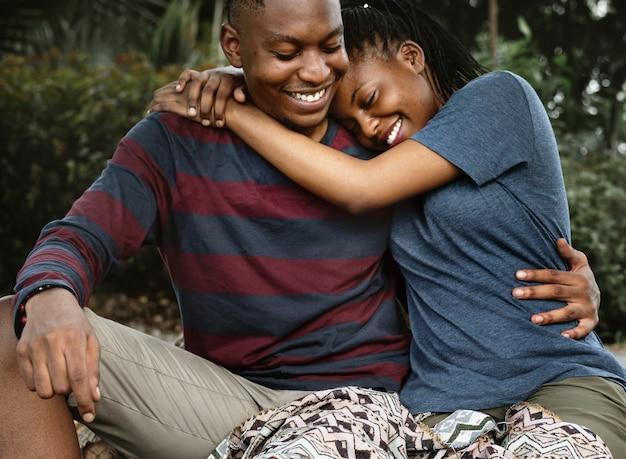 Paar knuffelen elkaar met liefde