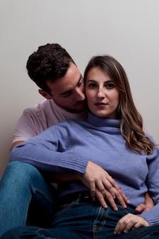 Paar knuffelen en omhelzen elkaar