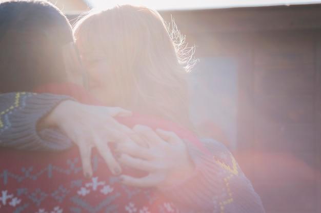 Paar knuffelen en zoenen buitenshuis
